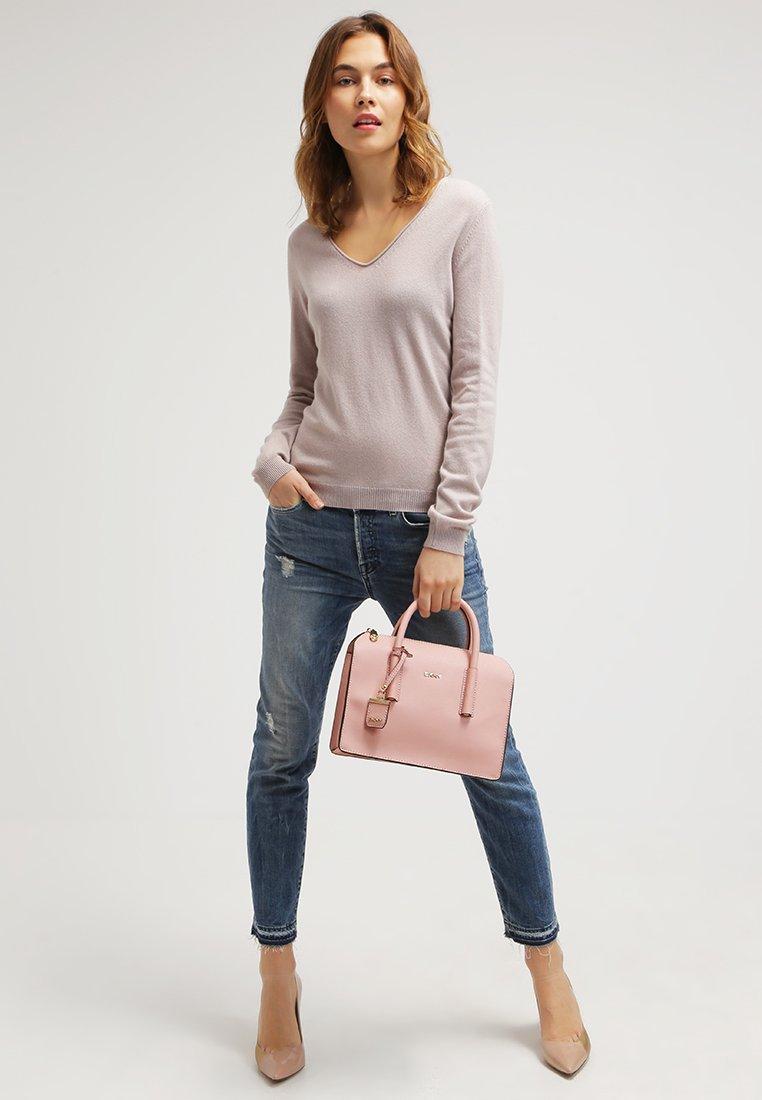 Die rosa tasche wie kombiniere ich sie rosa farben for Rosa kombinieren