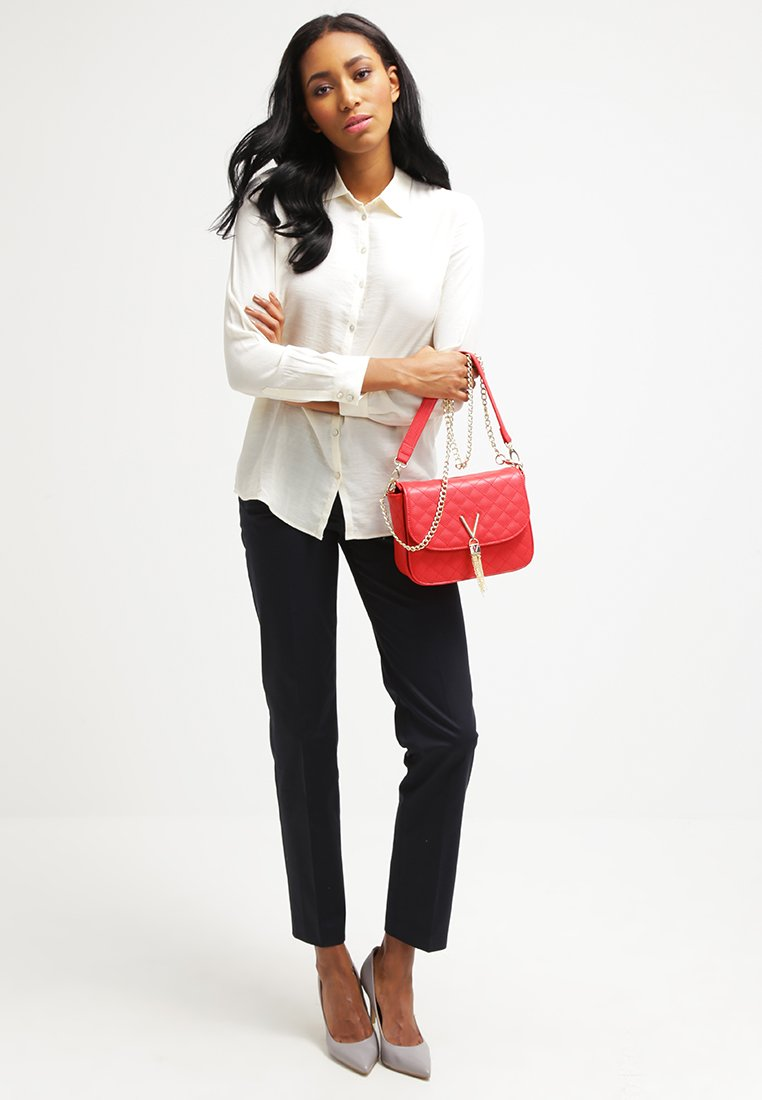 Rote Tasche Outfit, Tasche Valentino